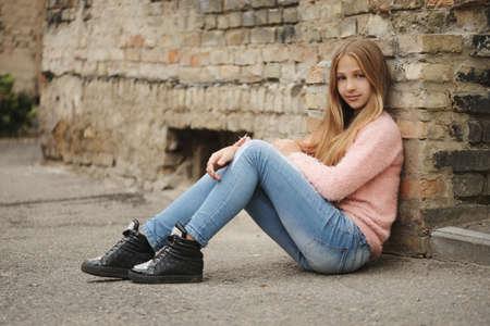 Photo pour Beautiful young girl posing on the street - image libre de droit