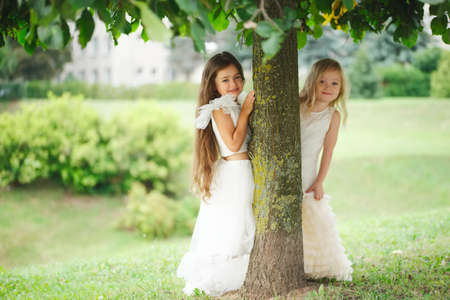 Photo pour beautiful girl in white dress - image libre de droit