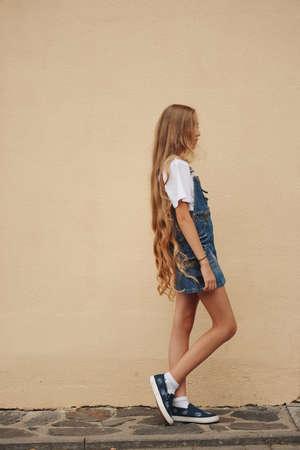Photo pour beautiful young girl with long hair - image libre de droit