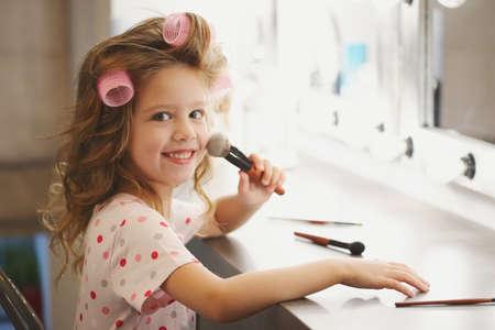 Photo pour cute little girl making make-up - image libre de droit