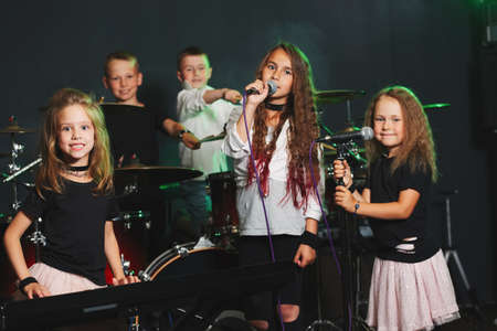 Photo pour happy children singing and playing music - image libre de droit