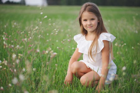 Photo pour happy little girl with long hair - image libre de droit