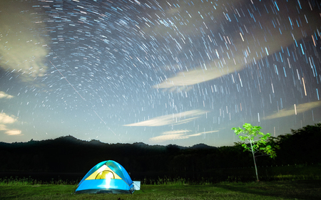 Foto de Camping on a holiday with starlight at night, with cool temperatures being well taken with wide-angle lenses, makes the background blurry. - Imagen libre de derechos