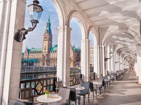 Foto de Alsterarkaden on Lake Kleine Alster in Hamburg, view of historic Hamburg town hall - Imagen libre de derechos
