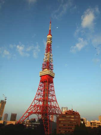 Photo pour Tokyo tower under blue sky and the moon - image libre de droit
