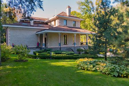Foto de a green lawn with well-kept flowerbeds near a chic house - Imagen libre de derechos