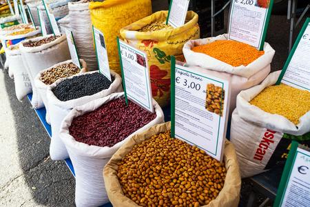 Foto de Ostuni, Italy - 28 april 2018: Sacks of legumes on the Ostuni market - Imagen libre de derechos