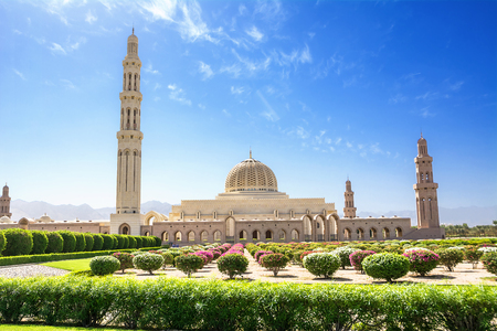 Photo pour Gardens and the Muscat Grand Mosque (Oman) - image libre de droit