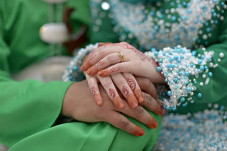 Photo pour Bride hands couple with henna tattoo and ring - image libre de droit