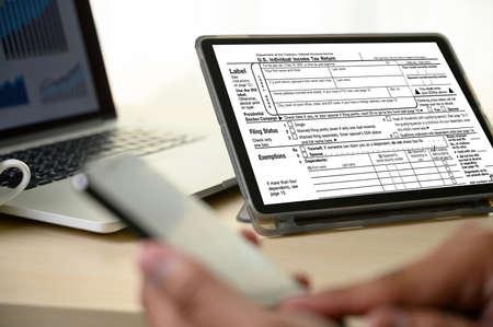 Photo pour Income Tax Return and Refund Individual income tax return online Fixed income - image libre de droit