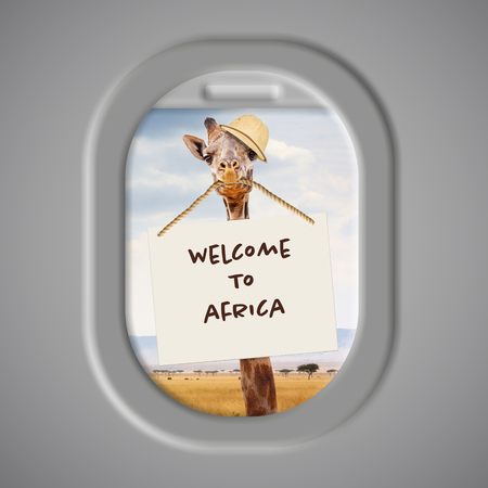 Photo pour Funny photo of giraffe wearing safari hat and holding Welcome to Africa sign in mouth with Kenya landscape in background - image libre de droit