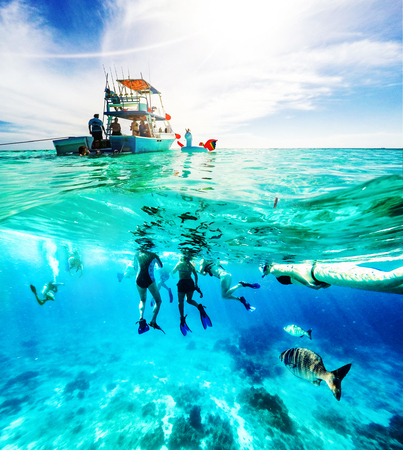 Photo pour Group of friends on a Carribean Sea adventure with party boat, snorkeling and scuba diving - image libre de droit