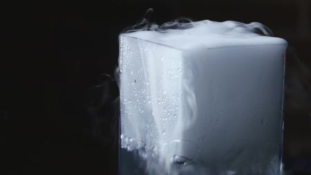 Foto de drink in glass with the effect of dry ice. - Imagen libre de derechos