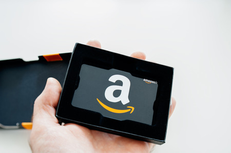 Photo pour LONDON, UNITED KINGDOM - Amazon Gift Card in beautiful box ready to be offered as a gift. Amazon Gift Box with A greeting Card is delivered in one-day shipping through the world and is available to purchase million of products from the online retailer - image libre de droit
