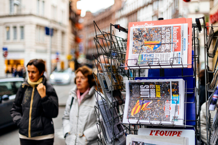 Foto de PARIS, FRANCE - OCT 28, 2017: Women next to Liberation and Aujordhui newspapers with news from Spain about the Catalonia Referendum and protests in Barcelona - kiosk stand in city - Imagen libre de derechos