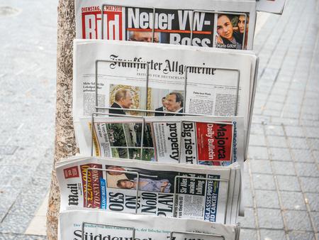 Foto de PALMA DE MALLORCA, SPAIN - MAY 8, 2018: Newspaper press kiosk stand in central Palma de Mallorca with international press featuring worldwide news Frankfurter Algemeine, Majorca Daily Bulletin, Bild, - Imagen libre de derechos