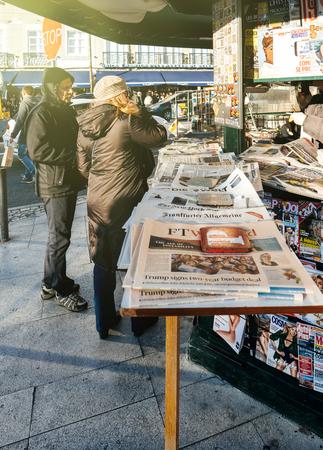 Foto de LISBON, PORTUGAL - FEB 10, 2018: People shopping for international newspapers on kiosk in central Lisbon - Imagen libre de derechos