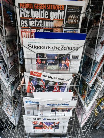Foto de PARIS, FRANCE - JUNE 13, 2018: German press on stand newspaper at press kiosk showing on cover  U.S. President Donald Trump meeting North Korean leader Kim Jong-un in Singapore - Imagen libre de derechos