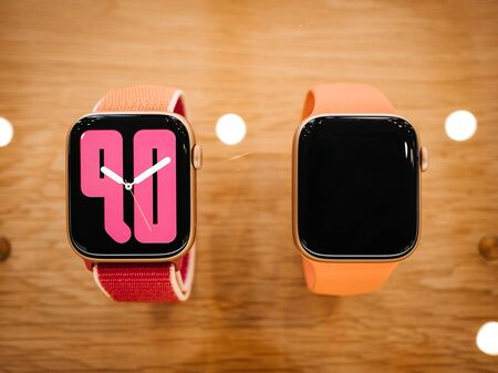 Foto de Paris, France - Sep 20, 2019: Numerals faces on new wearable Apple Watch Series 5 presentation sale in Apple Store with watchOS 6 and new OLED display, which can stay always on - Imagen libre de derechos