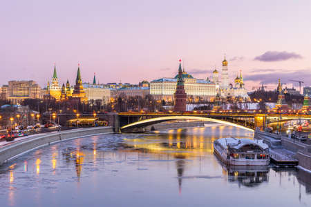 Photo pour Illuminated Moscow Kremlin in winter morning. Pink sunrise and sky with clouds. Russia - image libre de droit