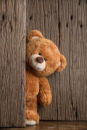 Photo pour Cute teddy bears with old wood background - image libre de droit