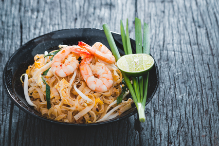 Foto de Thai Fried Noodles Pad Thai with shrimp and vegetables - Imagen libre de derechos