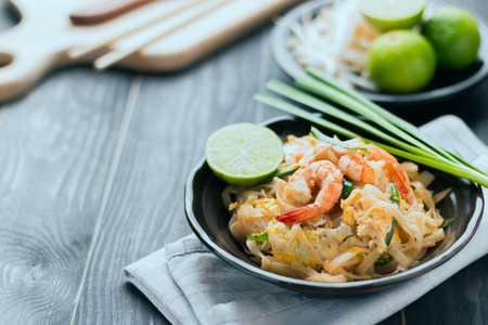 Foto de Thai food background Thai Fried Noodles Pad Thai with shrimp and vegetables. Thailand's national dishes - Imagen libre de derechos