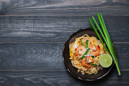Photo pour Thai Fried Noodles Pad Thai with shrimp and vegetables - image libre de droit
