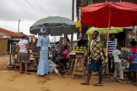 Photo pour LAGOS, NIGERIA - AUGUST 10, 2012: People selling different goods in the street in the city of Lagos, the largest city in Nigeria and the African continent. Lagos is one of the fastest growing cities in the world - image libre de droit