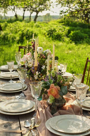 Photo pour decor wedding dinner in nature in the garden - image libre de droit