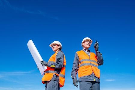 Foto de Two engineers at airport runway - Imagen libre de derechos