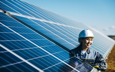 Photo pour A female technician at a solar power station - image libre de droit
