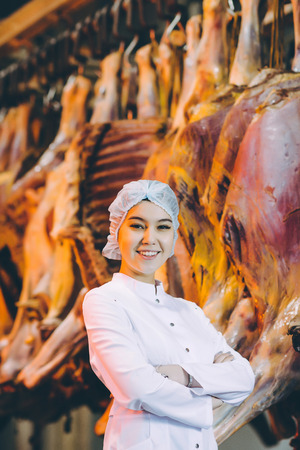 Foto de Raw meat production factory worker - Imagen libre de derechos