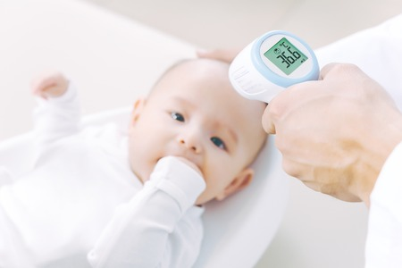 Foto per baby temperature measurement thermometer - Immagine Royalty Free