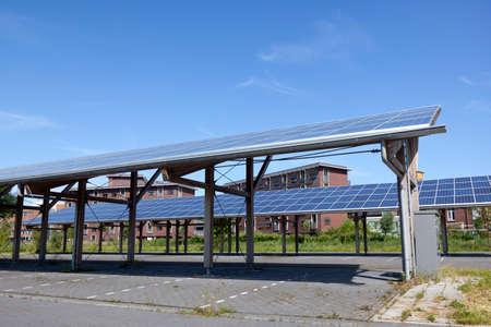 Foto de Solar panels on roof of car parking at water campus Leeuwarden in the  Netherlands under blue sky - Imagen libre de derechos
