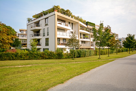 Photo pour Modern green residential building, apartments in a new urban development - image libre de droit