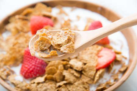 Foto de corn flakes with strawberry - Imagen libre de derechos