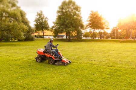 Photo pour lawn mower tractor - image libre de droit