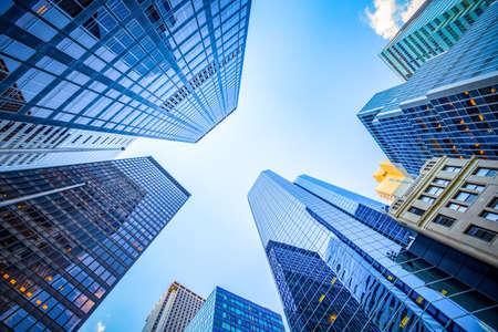 Photo pour Up view in financial district, Manhattan, New York - image libre de droit