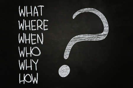 Foto de What, Where, Who, Why, When, How? written with Chalk on Blackboard - Imagen libre de derechos