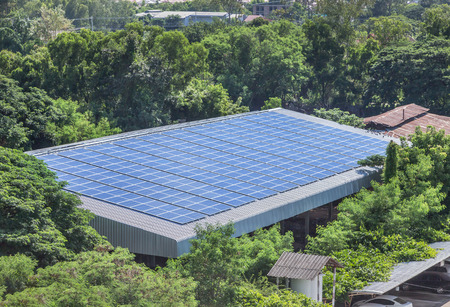 Foto de rows array of polycrystalline silicon solar cells or photovoltaics installing on roof factory turn up skyward absorb the sunlight from the sun use light energy to generate electricity - Imagen libre de derechos