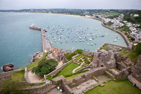 Photo pour View of Gorey Harbour, Mont Orgueil Castle, Jersey Channel Islands - image libre de droit