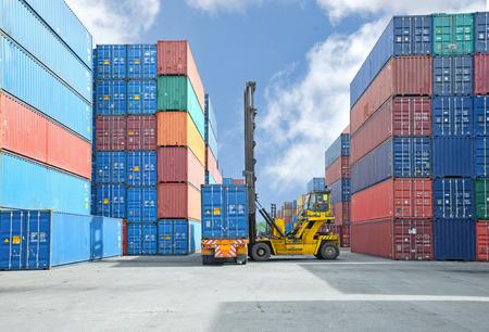 Photo pour Crane lifter handling container box loading to truck - image libre de droit