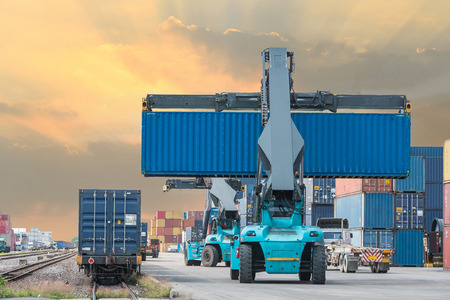 Photo pour forklift handling container box loading to freight train - image libre de droit