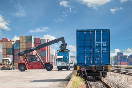 Foto de forklift handling container box loading to freight train - Imagen libre de derechos