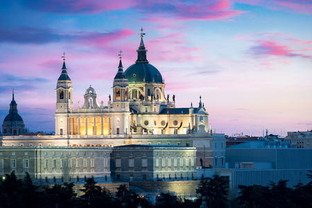 Photo pour Madrid landmark at night. Landscape of Santa Maria la Real de La Almudena Cathedral and the Royal Palace. Beautiful skyline at Madrid, Spain. - image libre de droit