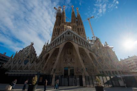 Foto de Barcelona, Spain - April 10,2018 : View of the Sagrada Familia, a large Roman Catholic church in Barcelona, Spain, designed by Catalan architect Antoni Gaudi. - Imagen libre de derechos
