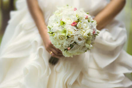 Photo pour Beautiful wedding bouquet in hands of the bride - image libre de droit