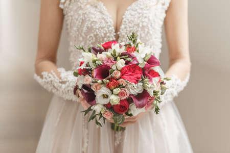 Photo pour Beautiful wedding bouquet in hands of the bride - image libre de droit