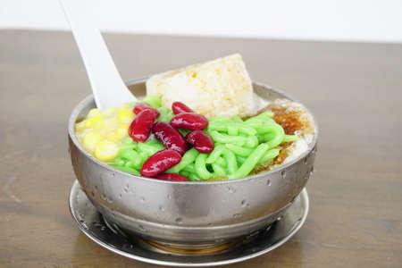 Foto de Cendol Desert. Asian favourite iced dessert of rice flour and pandanus jelly with coconut milk and palm sugar - Imagen libre de derechos